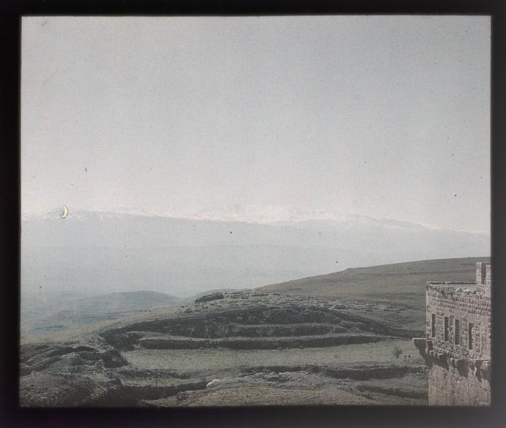 Environs du château, au sud; au premier plan, le sommet de la tour mamelouke du front sud