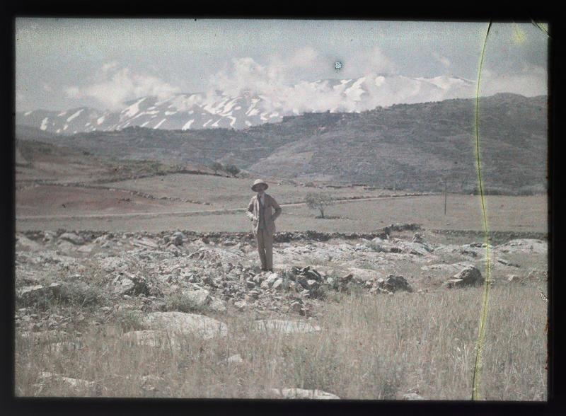 Paul Deschamps devant un paysage du Proche-Orient, le mont Hermon
