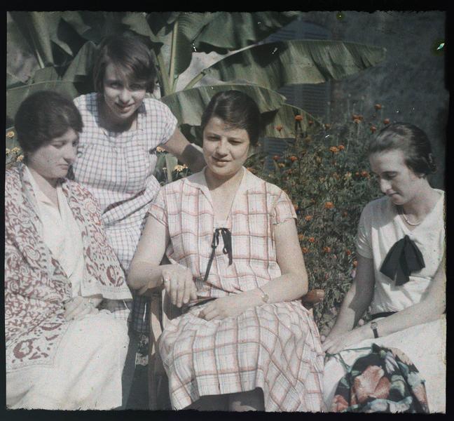 Propriété familiale des Deschamps à Chêne-Arnoult. De gauche à droite: Mme Paul Deschamps, Mlle Jeanne Deschamps, deux autres jeunes femmes