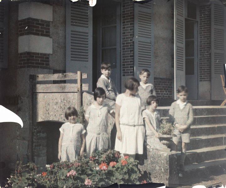 Famille ou amis de Paul Deschamps : sept enfants sur le perron