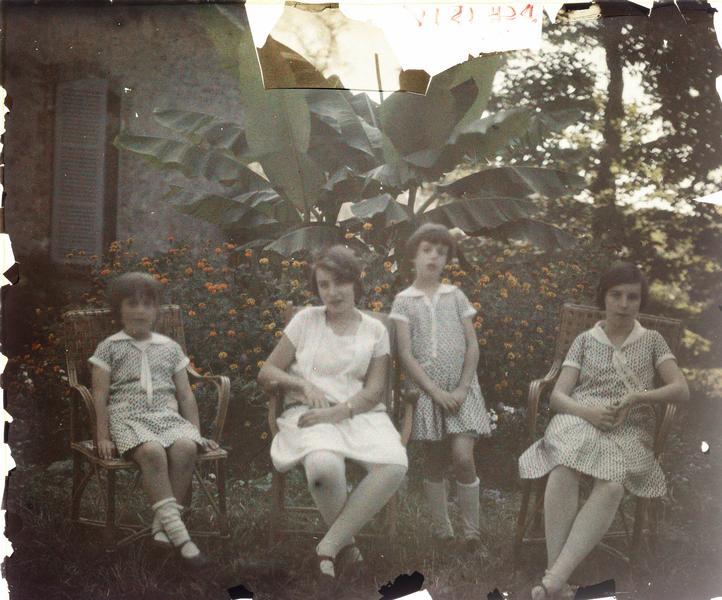 Famille ou amis de Paul Deschamps : quatre enfants assis devant une maison