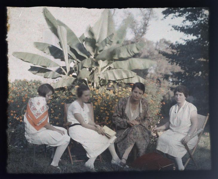 Famille ou amis de Paul Deschamps : quatre jeunes femmes assises dans un jardin