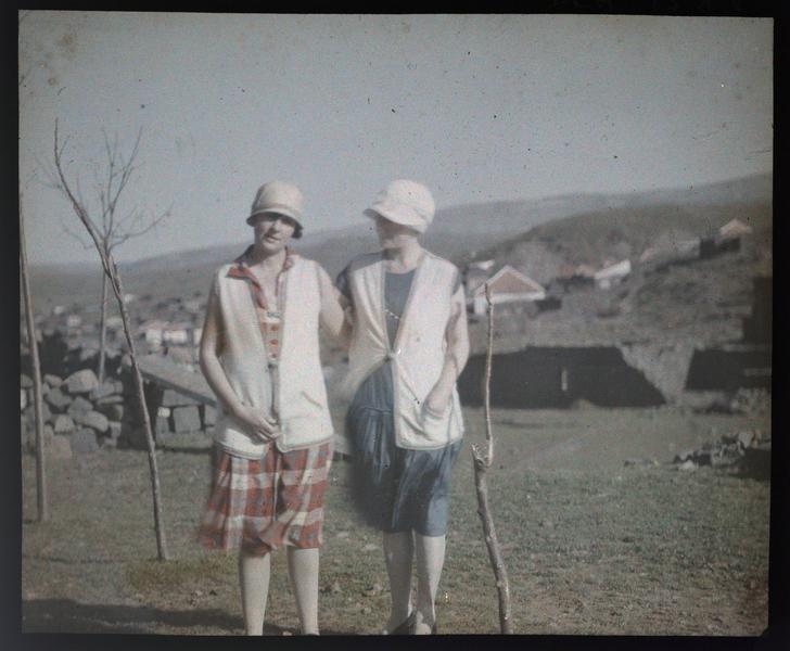 Famille ou amis de Paul Deschamps : deux jeunes femmes dans un paysage vallonné