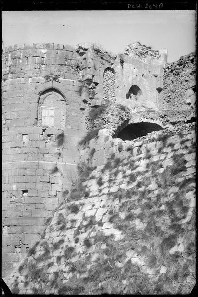 Détail de la partie haute de l'enceinte intérieure et du logis du maître, à l'angle sud-ouest