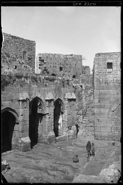 L'extrémité de la galerie, l'escalier jouxtant la chapelle et le porche condamné au sud de la chapelle