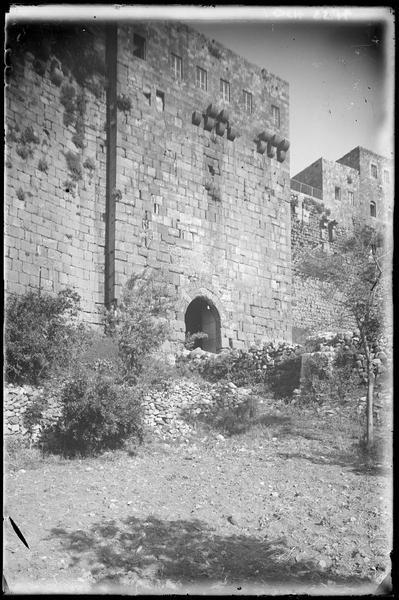 Front est, porte d'entrée principale