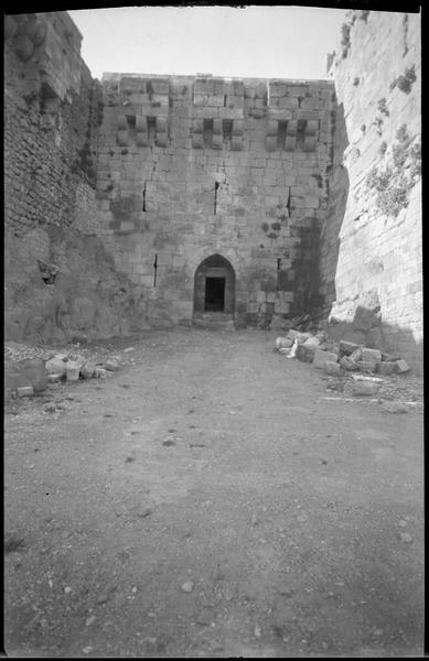 Front nord, poterne entre deux tours après déblaiement