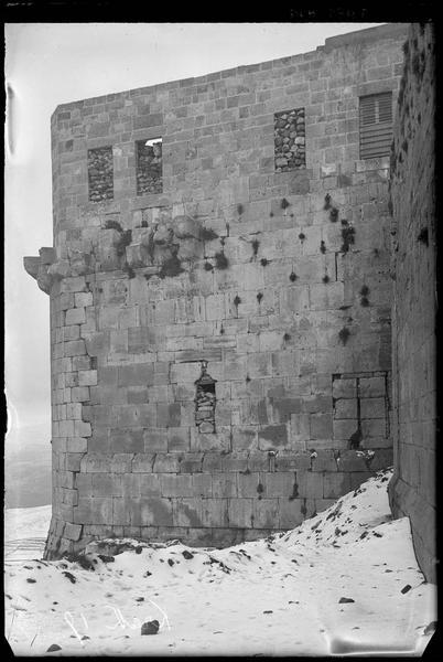 Détail d'une tour du front nord sous la neige