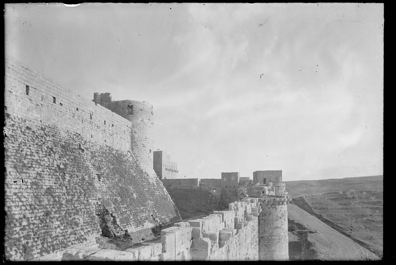 Les deux enceintes, vue vers le sud prise du haut d'une tour de l'enceinte extérieure