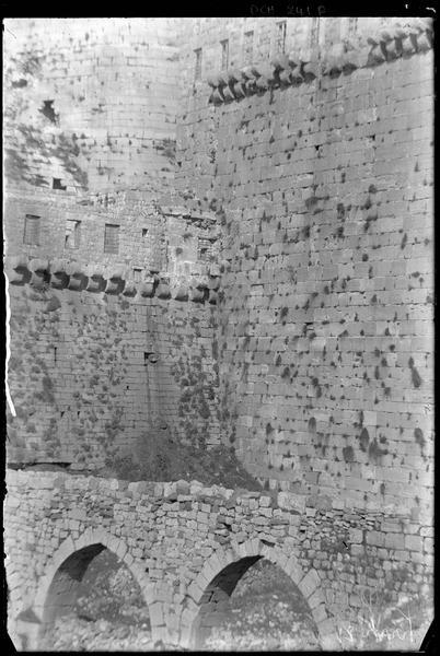 Enceinte extérieure, détail du front sud avec l'aqueduc au premier plan