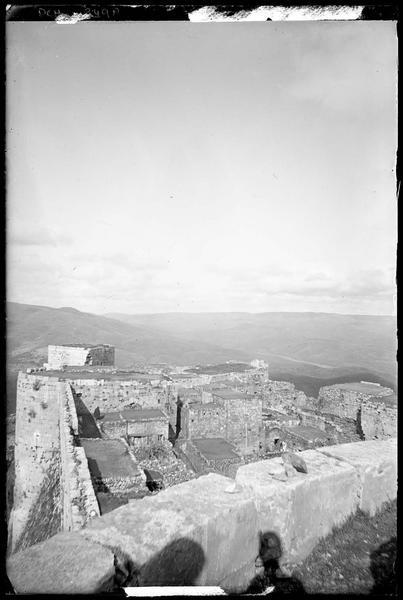 Intérieur du château vers le nord, vue prise du sommet de la tour sud-ouest de l'enceinte intérieure
