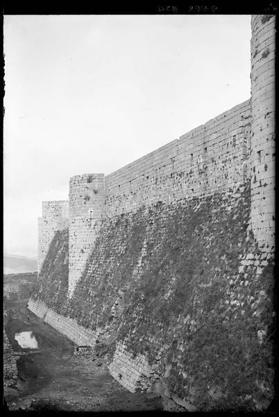 Front ouest de l'enceinte intérieure, le talus et les tours vus du sud