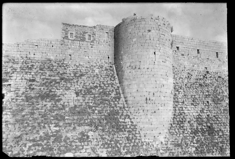 Front ouest de l'enceinte intérieure, le talus et la tour centrale