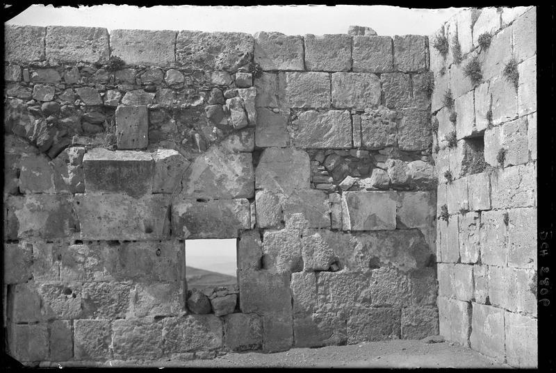 Baie rectangulaire de l'enceinte intérieure à proximité de la tour centrale, vue de l'intérieur