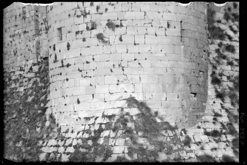 Base de la tour d'angle sud-ouest de l'enceinte intérieure s'enchâssant dans l'angle du talus