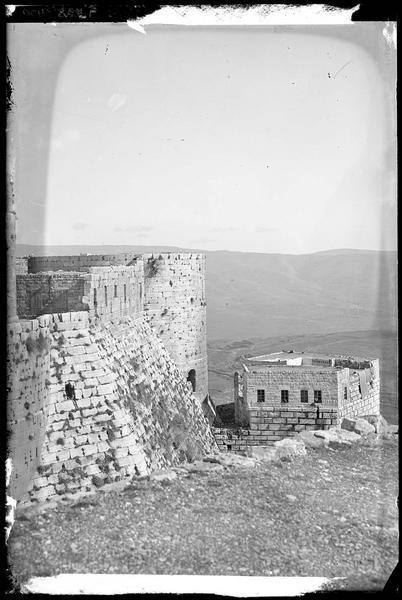 Front sud, vue extérieure de l'enceinte intérieure, vers le sud-est