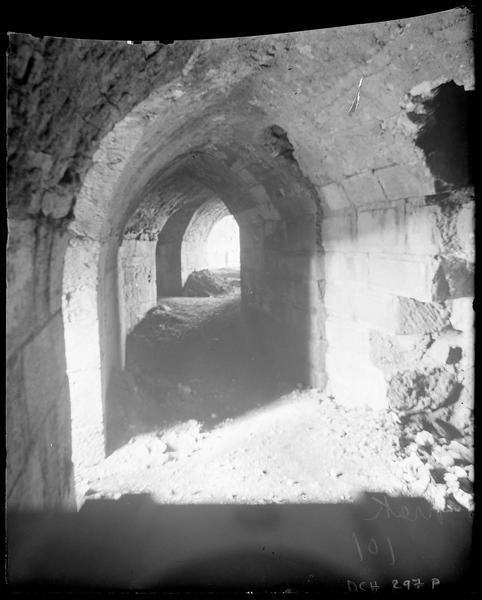 Couloir voûté sous le talus, vue prise en regardant la salle basse de l'ouvrage nord-ouest de l'enceinte intérieure