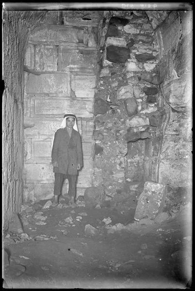 Flanc sud de la tour centrale du front ouest de l'enceinte intérieure, dans le couloir voûté sous le talus