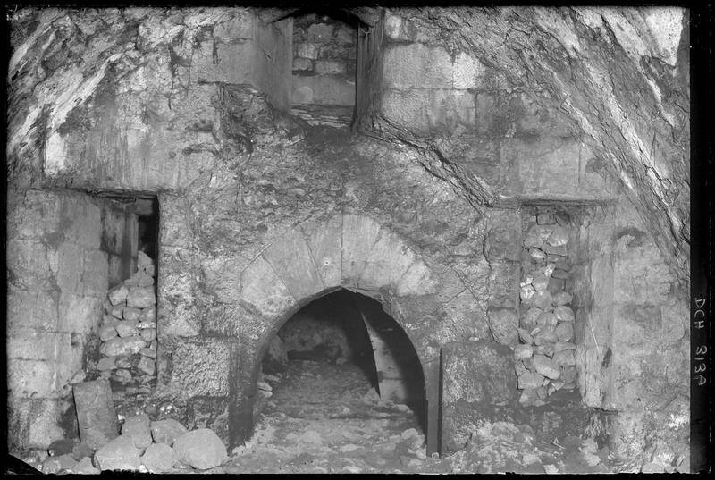 Porte flanquée d'archères ouvrant sur la salle basse entre les deux tours sud et sud-est de l'enceinte intérieure, en direction de la cour