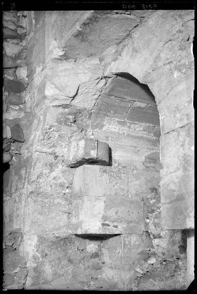 Porte réunissant la salle de 120 mètres au couloir voûté près de la tour centrale du front ouest de l'enceinte intérieure