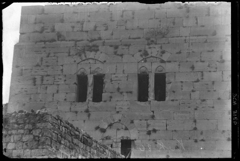 Fenêtre de la face arrière de la tour maîtresse du front sud de l'enceinte intérieure