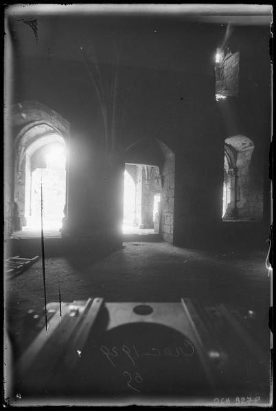 Intérieur de la grand'salle. On aperçoit par les ouvertures la galerie et la cour