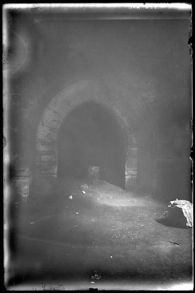 Porte en arc outrepassé réunissant la grand'salle à la salle de 120 mètres