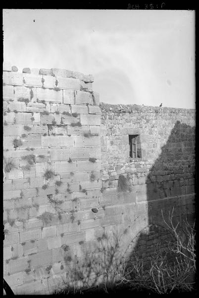 Détail de la façade ouest de la chapelle; en bas à droite, le porche encore muré