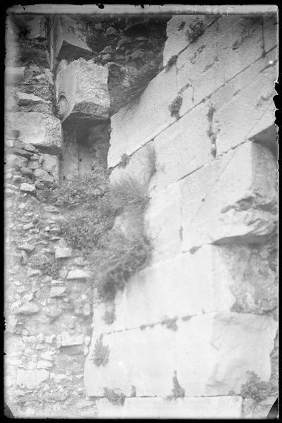 Détail d'appareil à la jonction entre la courtine et la tour centrale du front sud de l'enceinte intérieure
