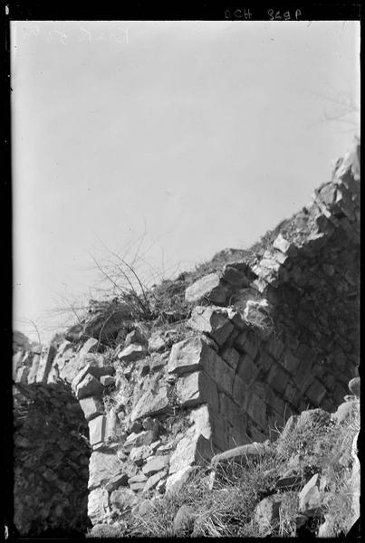 Château haut, détail de voûtes effondrées sur le front est