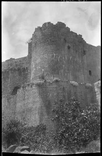 La tour nord-ouest de l'enceinte du château, vue en contre-plongée
