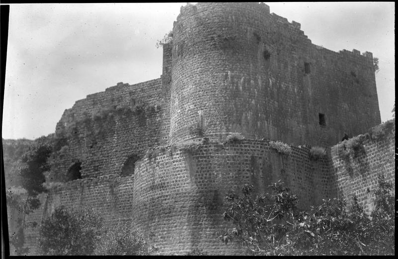 Vue d'ensemble de l'extérieur du château, depuis le nord-est