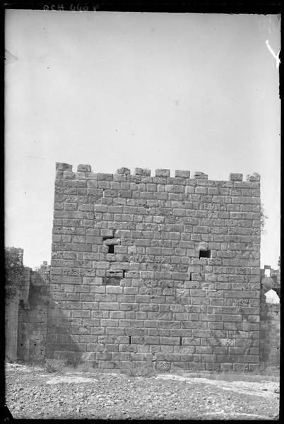 Front sud: face intérieure d'une tour carrée