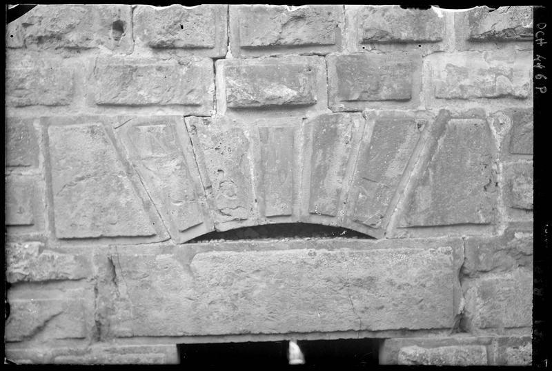 Linteau de la porte d'entrée d'une tour