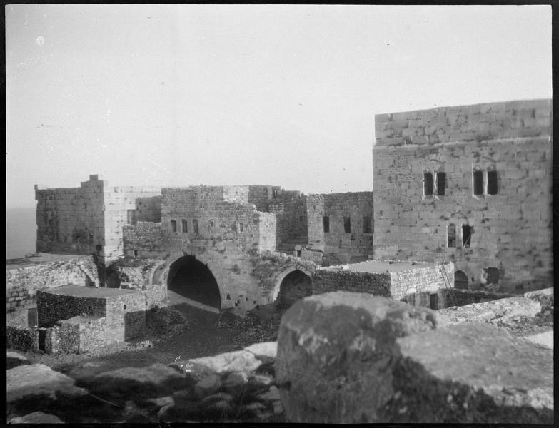 Vue intérieure de l'enceinte intérieure, au sud-est, avec les constructions situées entre la tour sud et la tour sud-est