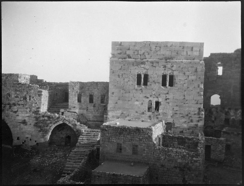 Face intérieure de la tour maîtresse, avec son environnement