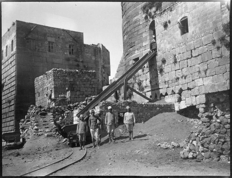 Déblaiement du château: personnages et rampe au pied de la tour sud-est de l'enceinte intérieure