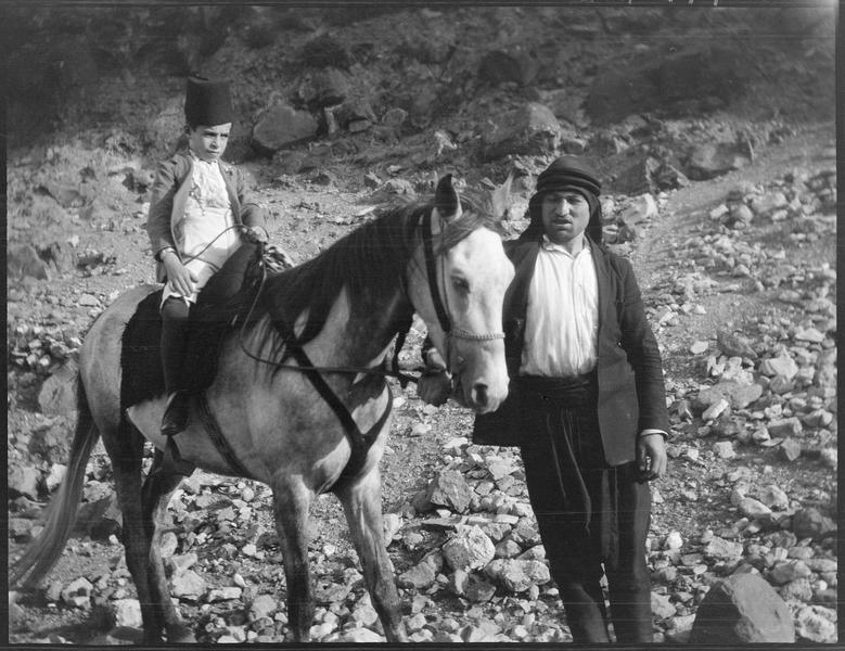 Un adulte et un enfant monté sur un mulet