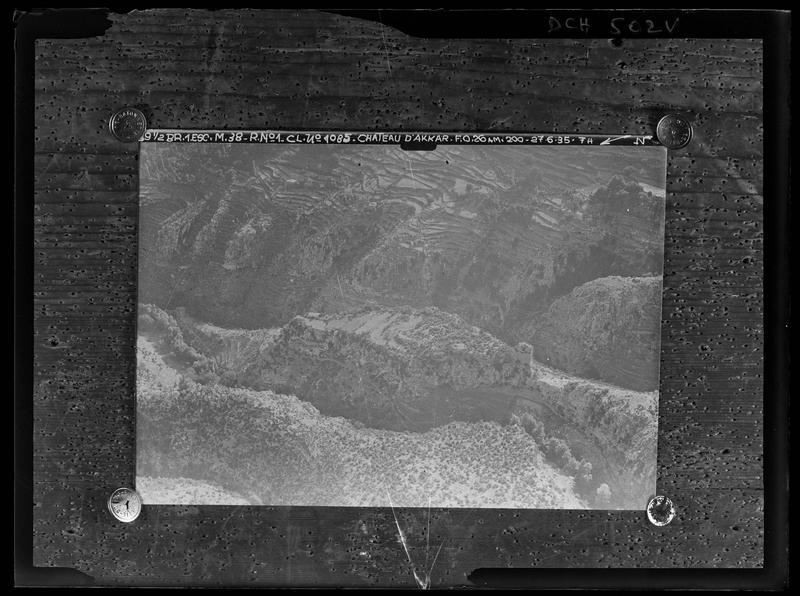 Reproduction: vue aérienne du château d'Akkar, prise par la 39e demi-brigade aéronautique, affichée sur une planche
