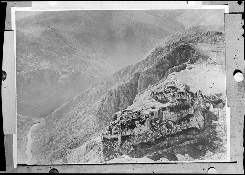 Reproduction: vue aérienne montrant le château et la vallée du Litani