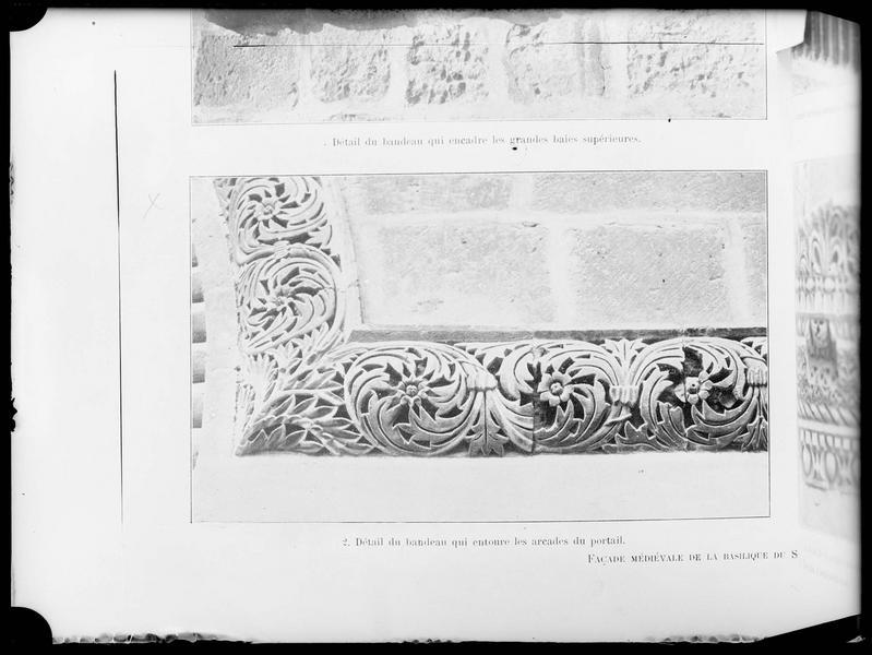 Reproduction d'une vue imprimée du détail du bandeau encadrant le portail de la façade méridionale