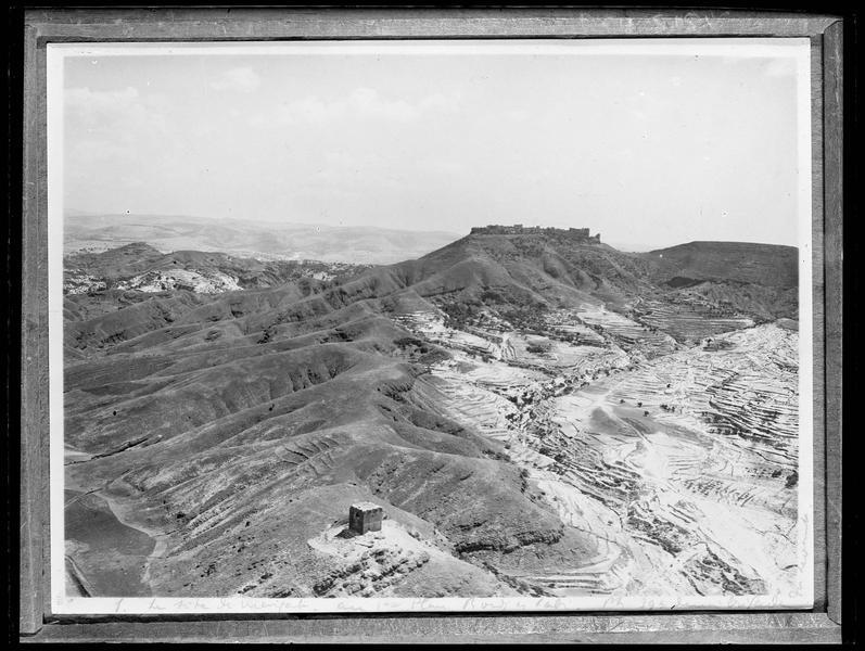 Reproduction d'une vue aérienne: la tour de Burj al-Sabîet le château de Margat au second plan