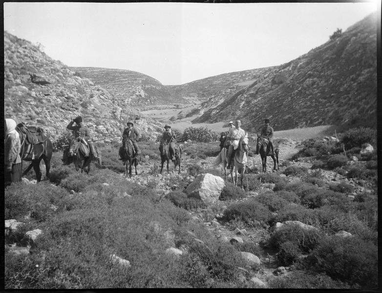 Paul Deschamps, François Anus et des compagnons à cheval dans un défilé rocheux