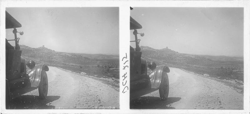 Vue prise d'automobile, avec un village levantin en arrière-plan