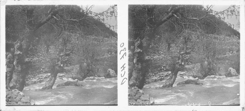 Paul Deschamps au bord de la rivière coulant au pied du château d'Akkar