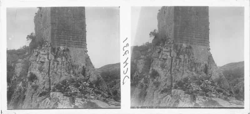 Vue en contre-plongée de la tour éperon du château d'Akkar