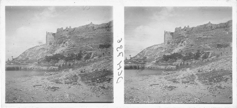 Vue en contre-plongée du château de Tebnin