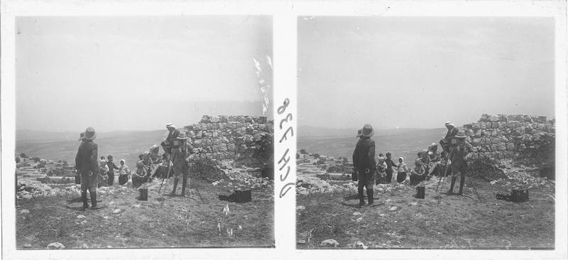 Paul Deschamps et ses compagnons prenant des photographies à Tebnin