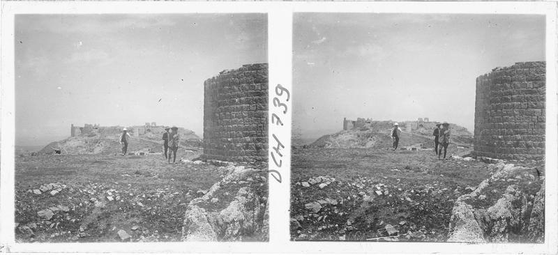 Ouvrage ottoman à l'extérieur du château de Tebnin, avec le château en arrière-plan