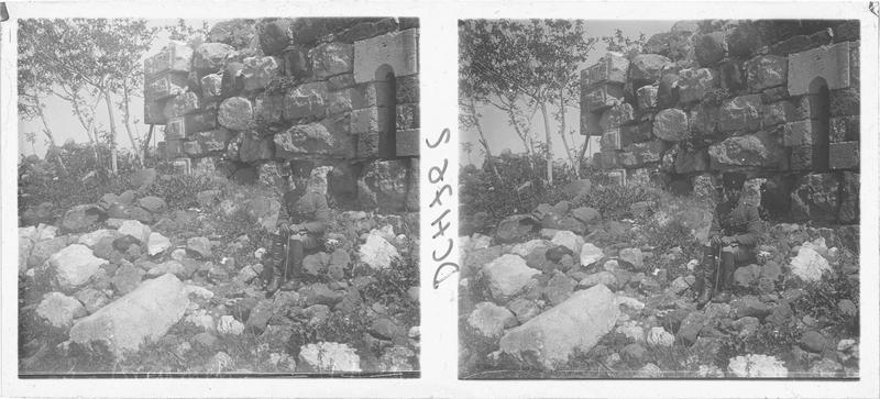 Personnage devant l'une des tours franques